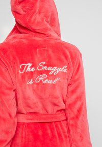 Chelsea Peers - THE SNUGGLE IS REAL DRESSING GOWN - Badjas - red - 5