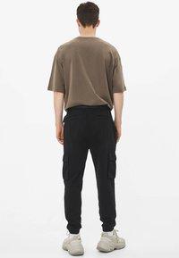 Bershka - MIT GÜRTEL - Cargo trousers - black - 2