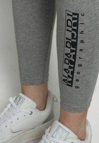 Napapijri - M-BOX LEGGINGS - Leggings - Trousers - medium grey melange - 4