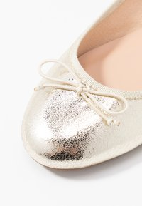 ONLY SHOES - ONLBEE - Bailarinas - gold - 2