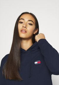 Tommy Jeans - BADGE HOODIE - Huppari - twilight navy - 3