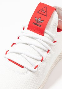 adidas Originals - PW TENNIS HU - Matalavartiset tennarit - footwear white/scarlet/calk white - 5