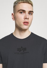 Alpha Industries - BASIC - Print T-shirt - greyblack - 3