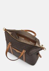 MICHAEL Michael Kors - BECK MEDIUM SATCHEL - Handbag - brown/acorn - 4
