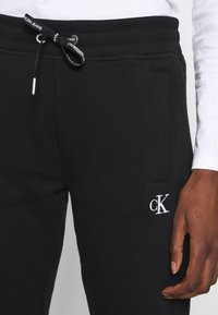Calvin Klein Jeans - Joggebukse - black - 4