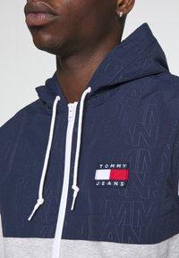 Tommy Jeans - CONTRAST ZIP HOODIE - veste en sweat zippée - grey - 4