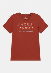 Jack & Jones Junior - JCOBOOSTER CREW NECK  - Triko spotiskem - red ochre - 0