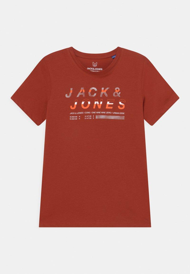 Jack & Jones Junior - JCOBOOSTER CREW NECK  - Triko spotiskem - red ochre
