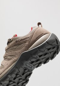Columbia - REDMOND V2 WP - Outdoorschoenen - pebble/beet - 5
