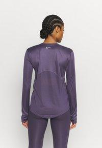 Nike Performance - MILER - Funktionsshirt - dark raisin/silver - 2