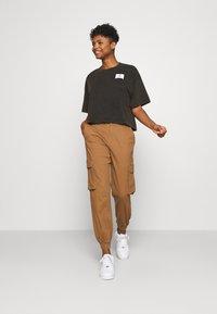 Jordan - ESSENTIAL BOXY TEE - Print T-shirt - black - 1