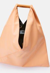 MM6 Maison Margiela - JAPANESE BAG CLASSIC - Velká kabelka - rose - 7