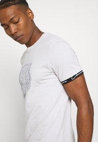 CLOSURE London - HIDDEN LOGOBAND FURY TEE - T-shirt imprimé - white - 3