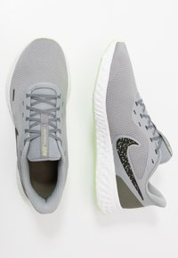 Nike Performance - REVOLUTION 5 SPECIAL EDITION - Obuwie do biegania treningowe - particle grey/black/medium olive - 1