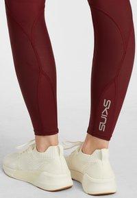 Skins - SKINS KOMPRESSIONSHOSE  - Leggings - burgundy - 4