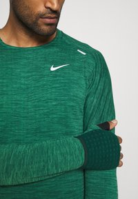 Nike Performance - SPHERE ELEMENT CREW 3.0 - Fleece jumper - pro green/lucky green - 5