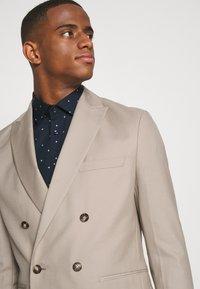 Isaac Dewhirst - UNISEX - Blazer jacket - beige - 3