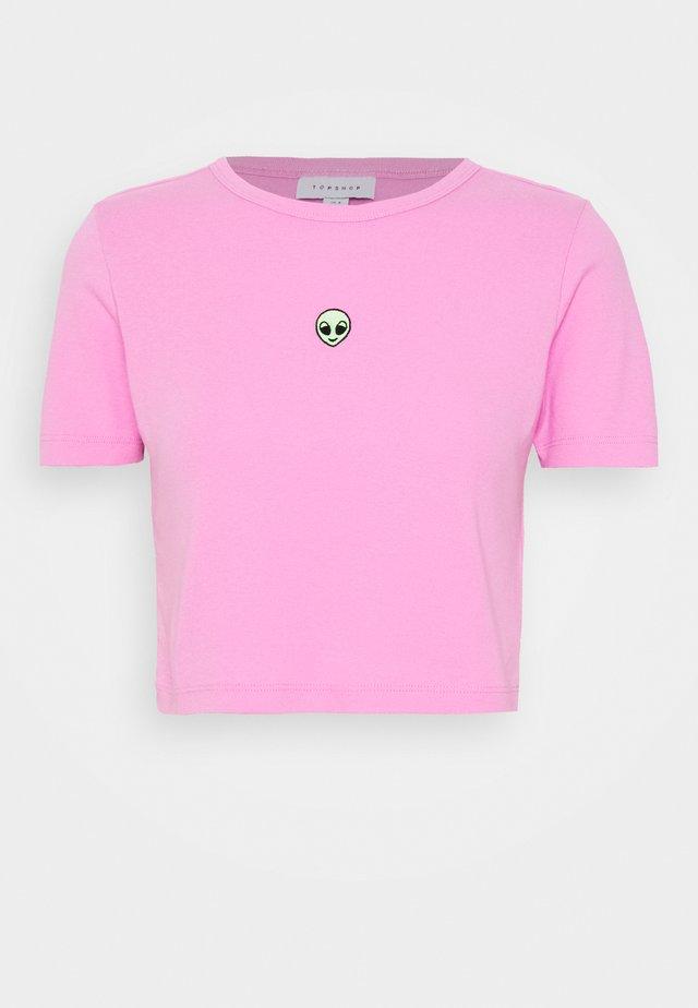 ALIEN HEAD CROP TEE - Print T-shirt - pink