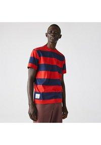 Lacoste - Print T-shirt - bleu rouge - 0