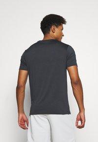Lyle & Scott - SLEEVE TAPE TEE - Basic T-shirt - true black - 2