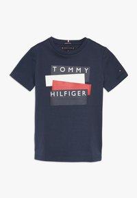 Tommy Hilfiger - STICKER TEE  - Camiseta estampada - blue - 0