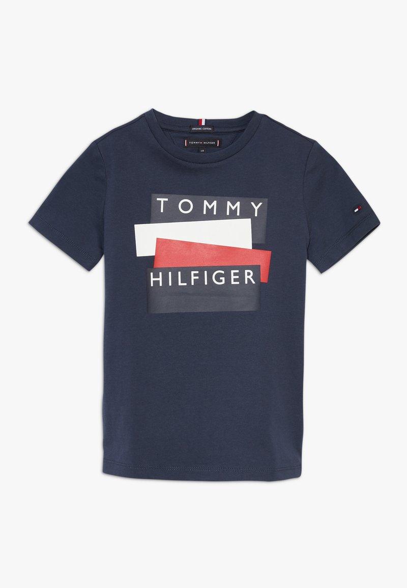 Tommy Hilfiger - STICKER TEE  - Camiseta estampada - blue