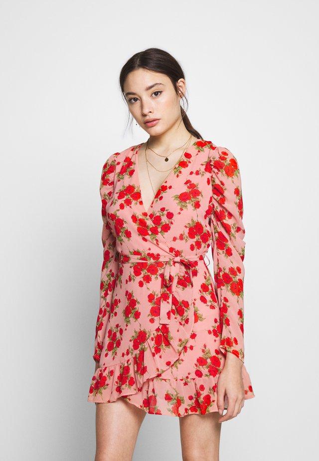 PUFF SLEEVE RUFFLE WRAP TEA DRESS FLORAL - Vestido informal - pink