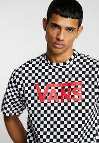 Vans - CLASSIC - Print T-shirt - black/white - 4