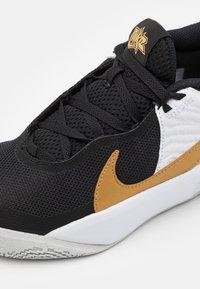 Nike Performance - TEAM HUSTLE 10 UNISEX - Zapatillas de baloncesto - black/metallic gold/white/photon dust - 5