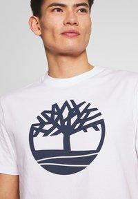 Timberland - KENNEBEC - T-shirt z nadrukiem - white - 5