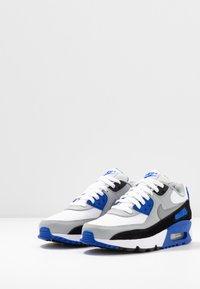 Nike Sportswear - AIR MAX 90 UNISEX - Sneakers basse - white/particle grey/light smoke grey/hyper royal - 3