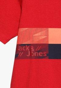 Jack & Jones Junior - JCOSTAIRS TEE CREW NECK JUNIOR - T-shirts print - chinese red - 3