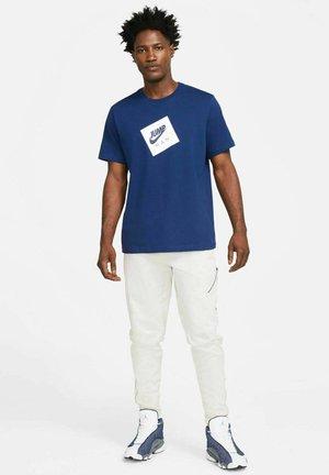JUMPMAN BOX CREW - Print T-shirt - blau