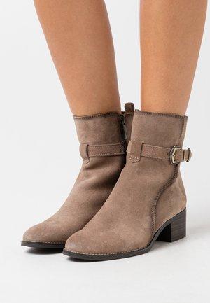 BOOTS - Kotníkové boty - taupe