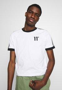 11 DEGREES - RAGLAN REGULAR FIT - T-shirt print - white/black - 0