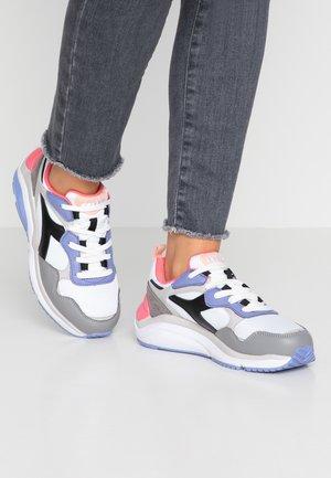 WHIZZ RUN - Sneakers basse - super white/calypso coral