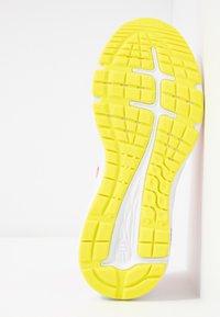ASICS - GEL-EXCITE 6 - Zapatillas de running neutras - white/sour yuzu - 4
