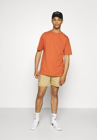Redefined Rebel - THOMAS - Shorts - sand - 1