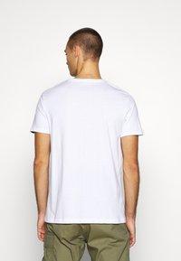 Alpha Industries - BASIC - T-shirt med print - white/neon pink - 2