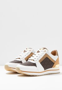 MICHAEL Michael Kors - BILLIE TRAINER - Sneakersy niskie - optic white/brown - 4