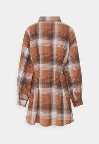 Missguided Petite - PLEATED WAIST DRESS CHECK - Shirt dress - rust - 6