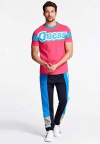 Guess - BARS TEE - Print T-shirt - fuchsia - 1