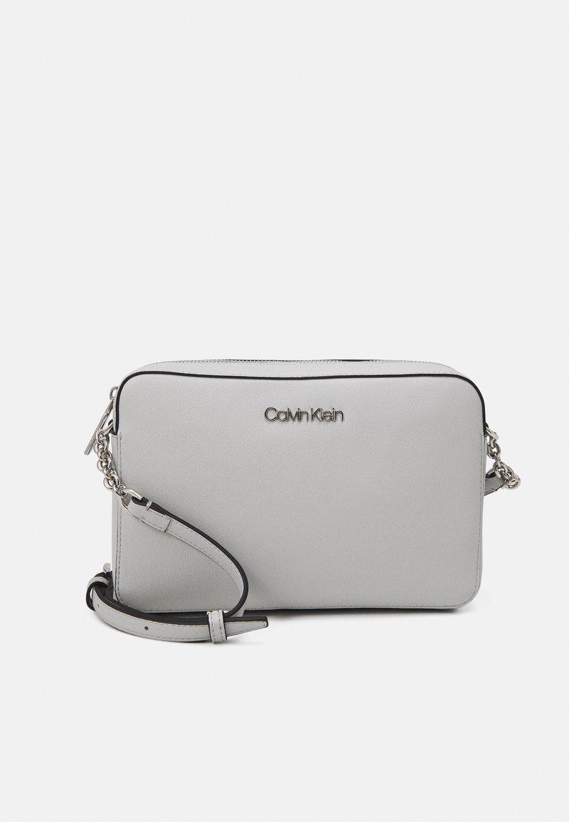 Calvin Klein - CAMERA BAG - Sac bandoulière - grey