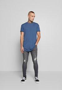 Topman - SCOTTY APPLE BRN/HORIZON BLUE - T-shirt - bas - multi - 1