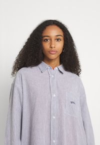 BDG Urban Outfitters - TULLY OVERSIZED STRIPED  - Button-down blouse - grey - 3