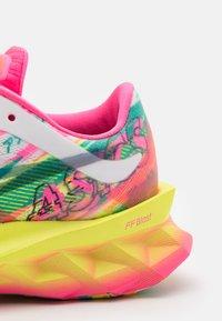 ASICS - NOVABLAST NOOSA - Zapatillas de running neutras - hot pink/sour yuzu - 5