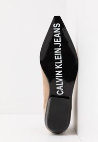 Calvin Klein Jeans - ARTHENA - Kotníková obuv - travertine - 6