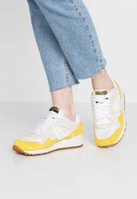Saucony - SHADOW VINTAGE - Sneakers laag - yellow/tan/white - 0