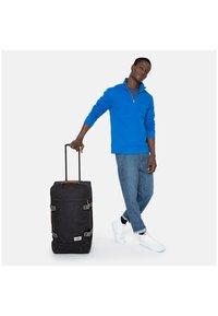 Eastpak - TRANVERZ M - Wheeled suitcase - graded jungle - 1