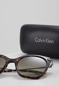 Calvin Klein - Sluneční brýle - tortoise - 3